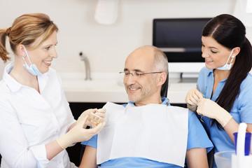 zahnärztin berät einen patienten