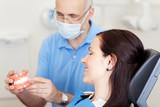 zahnarzt berät eine patientin