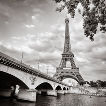 La tour Eiffel vue depuis la Seine au format carré