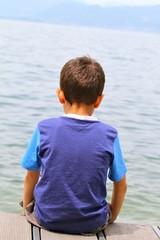 bambino che guarda l'orizzonte