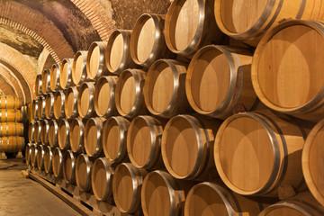 Toneles de vino en la bodega