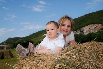 jeune maman et son fils dans la campagne