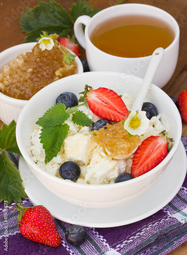 Cottage cheese with honey and berries