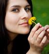 Junge Frau genießt die Natur