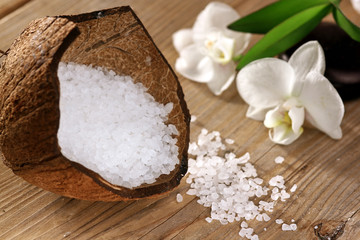 Kokosnuss mit Badesalz und Orchideen