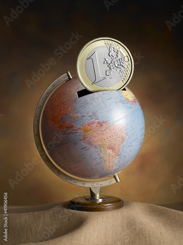 globe as money box - mappamondo a salvadanaio