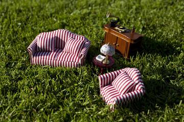 Salotto in miniatura su prato verde