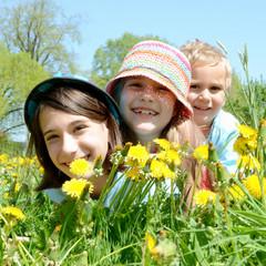 Drei Kinder in der Blumenwiese