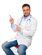 Dottore seduto indica...