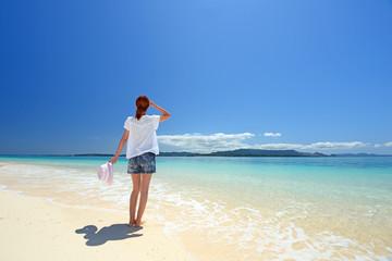 コバルトブルーの海を眺める女性
