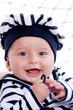 bébé en petit marin souriant