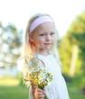 Mädchen hält einen WIldblumenstrauß