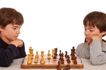 Zwei Jungen spielen Schach - Konzentration, Intelligenz