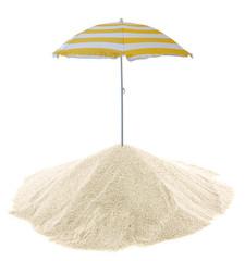 concept vacances, parasol sur tas de sable