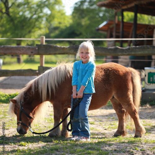 kleines Mädchen mit einem Pony
