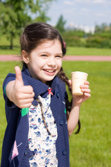 Девочка  с мороженым и показывает большой палец вверх