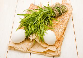 Пучок тархуна и яйца на лаваше