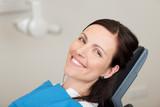 lächelnde frau beim zahnarzt