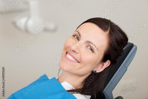 lächelnde frau beim zahnarzt - 41995869