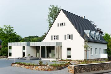wohnhaus mit modernem anbau