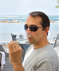 boire un verre de vin au bord de l'océan