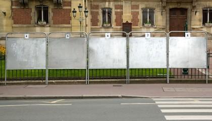 panneaux électoraux prés d'une mairie