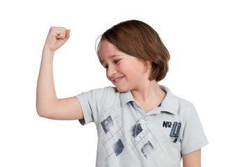 junge zeigt stolz seinen oberarm