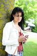 Attraktive Frau im Park beim telefonieren