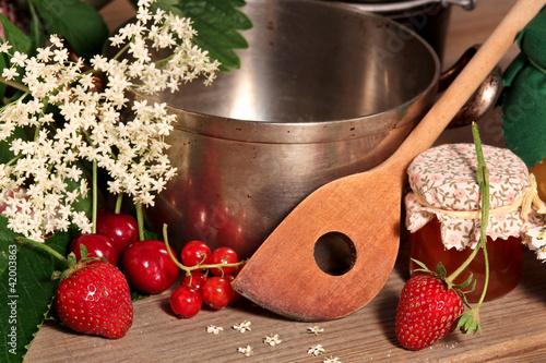 Leinwanddruck Bild Kochtopf mit Obst und Marmelade