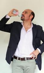Uomo che beve in pausa lavoro