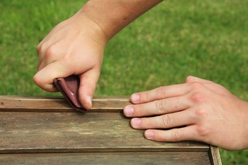 Poncer bois papier de verre menuiserie mains