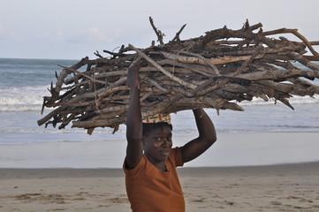 Eine afrikanische Frau bringt das tägliche Brennholz nach Hause