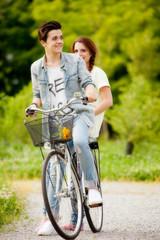 coppia di giovani in bicicletta