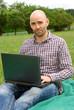 Lächelnder Mann mit Laptop