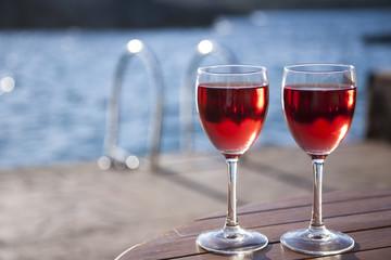 Zwei Gläser mit Rosewein