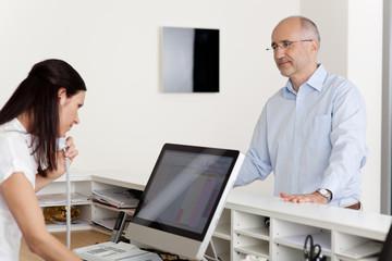 arzthelferin schaut im computer