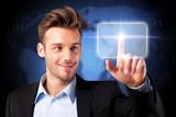 junger Geschäftsmann drückt auf virtuellen Button
