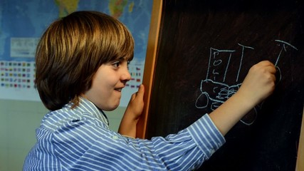 Bambino alla lavagna disegna a scuola