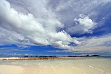 澄んだ海と真っ白な雲