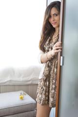 Modelo saliendo del armario