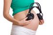 Schwangere Frau mit Köpfhörern