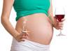 Bauch einer Schwangeren beim rauchen und trinken