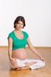 Schwangere im Schneidersitz