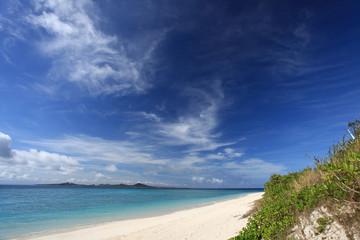 伊平屋島の美しいビーチと紺碧の空
