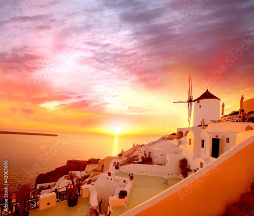 santorini-z-starym-wiatraczkiem-w-oia-wiosce-grecja