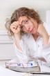 Überanstrengte Frau im Büro