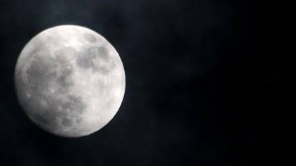 Luna llena con nubes negras