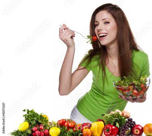 kobieta-z-salatka-odizolowywajaca-na-bielu