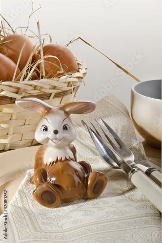 Osterhase mit Eier auf einem Gedeck