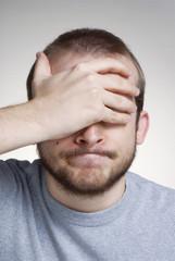 Retrato de un joven expresivo,lamentándose.